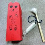息子がはなちゃんのために、猫じゃらし、ネズミのおもちゃ、小物入れを作ってあげました(^^)