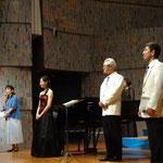 画面手前より。副指揮者の四俵さん、指揮の柿本先生、私、司会の彦田さん☆