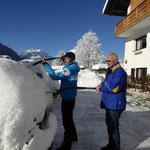 Frühsport beim Schnee schaufeln, Ferienwohnungen Stelzhammer, Schoppernau, Bregenzerwald