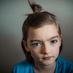 Porträt Junge mit Zopf