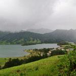Sete Cidades is een dorpje midden in een oude vulkaankrater. Er zijn 2 meren: Lagoa Azul en Lagoa Verde.