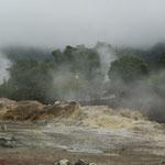Dorpje Furnas in één van de meest actieve vulkanen van het eiland. Hier komt de warmte nog bovengronds via borrelgaten en stoom. Het hele dorpje wordt daardoor gevuld met een zwavelgeur (rotte eieren).