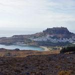 Lindos, één van de bekendste steden van Griekenland. Lindos werd in de 10de eeuw voor Chr. gesticht door de Doriërs. Op de top van de berg staat de Akropolos van Lindos.