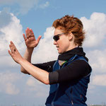 Inga erläutert wie Wind und Wasser mit ihren Fäden spielen werden  (Foto: R. Helmholtz)