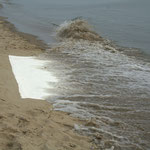 Die Welle kommt und knabbert an der Leinwand (Foto: Jörg Petersen)