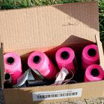 Das Ausgangsmaterial: Pinkfarbene Maurerschnur aus Dänemark, jede Rolle hat 100 Meter Schnur, ein Karton = 1 Kilometer (Foto: R. Helmholtz)