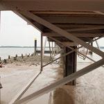 Hier unter dem Schiffsanleger können Wind und Wasser mit den Fäden spielen ((Foto: R. Helmholtz)