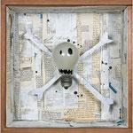 """CALAVERA PIRATA. Técnica mixta, 27 x 27 x 10 cm, 2008. Realizada para la exposición de Espirelius """"Un ciento desde dentro"""" en la Sala Oberta de la Universidad de Valencia."""