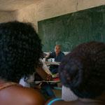 Cours devant les éléves d'un lycée de Mbour Sénégal