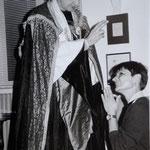 Philippe Murat bénissant la jeune Catherine Millet photo JH