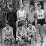 Équipe de basquet de l'E.N.I. 1955. Jacques Henric, accroupi au centre