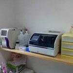 血液検査の機械です。数十分で結果がでます。