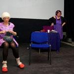 Frau Prämisse und Frau Konklusion im Waschsalon