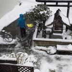サムライくん、お隣さんの雪かきも。