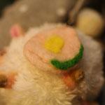 羊のマスコットに羊毛からできたブローチをつけてみる