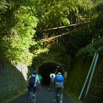 東町を通って出発です  昼でも薄暗い登具トンネル ちょっと怖い~~(*_*)