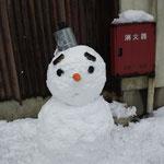 大社の玄関先にはたくさんの雪だるま。鼻がにんじん♪