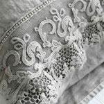 grauer Arte Pura Leinenvorhang mit Zierbordüre