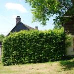 Zijaanzicht grote en kleine huis met de oosttuin van het kleine huis