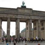 Da sind sie - erstmals Isis unter dem Brandenburger Tor.