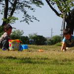 子ども同士で砂遊び