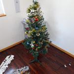 子どもたちが飾りつけたクリスマスツリー