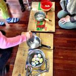 教会学校の子どもたちはイースターエッグ作り