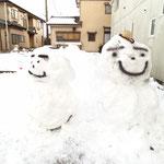 かわいい、大きな雪だるまの完成!