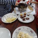 マシュマロ、バナナ、ポテトチップスに溶かしたチョコをつけていきます。