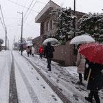 雪の中グループホームへキャロリング