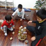 年齢をこえて一緒に遊ぶ男の子たち