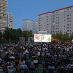 Ein Sommer ohne Balkonkino? – Nicht vorstellbar! Zum bereits 24. Mal veranstaltet die STADT UND LAND in Hellersdorf Filmabende unter freiem Himmel. Die berlinweit einmalige Kulisse für das Open-Air-Event bildet seit vielen Jahren der Cecilienplatz.