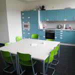 Zur Ausstattung des 5,8 Millionen Euro teuren Modularen Ergänzungsbaus (MEB) gehören unter anderem eine Mensa, große Aufzüge für Rollstuhlfahrer, spezielle Möbel, Therapieräume und Rückzugsorte. Außerdem haben alle Klassenräume eine eigene Küche.