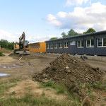 Die Grundschulen am Fuchsberg (Apfelwicklerstraße 2-4) und am Schleipfuhl (Nossener Straße 85) erhalten ab dem neuen Schuljahr mobile Klassenzimmer. Die Aufstellung der Container beginnt im Juni.
