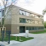 23. April: Der neue Ergänzungsbau an der Franz-Carl-Achard-Grundschule in Kaulsdorf ist bezugsfertig. Für knapp sieben Millionen Euro wurde in der Waplitzer Straße ein modernes Schulgebäude mit zwölf Klassenzimmern errichtet.