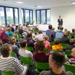 """Marzahn-Hellersdorfs Bildungsstadtrat Gordon Lemm spricht in seiner Rede von einem """"besonderen Tag für eine besondere Schule"""", denn das Haus wurde speziell als Lernort für Kinder mit dem Förderbedarf """"Geistige Entwicklung"""" konzipiert."""