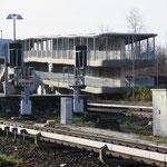 18. September: Nach ewigem Anlauf und gut dreijähriger Bauzeit ist die Verlängerung der nördlichen Fußgängerbrücke am S-Bahnhof Marzahn abgeschlossen. Entstanden sind ein barrierefreier Abgang zum Wiesenburger Weg und eine neue Treppe zum S-Bahnsteig.