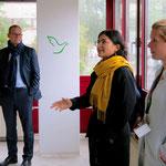 ... In der Bitterfelder Straße tauscht sich Berlins Regierender Bürgermeister mit den Betreiberinnen der beiden Flüchtlingsunterkünfte aus ...