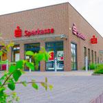 Außerdem macht die Sparkasse im Juli drei weitere Filialen im Bezirk dicht. Betroffen sind die Standorte Oberfeldstraße 138, Allee der Kosmonauten 199 und Mehrower Allee 22. Konkret heißt das: Die Kundenberatung wird eingestellt, die Automaten bleiben.