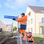 Oktober: Jetzt sind auch die Schilder da: Auf dem ehemaligen Gut Alt-Biesdorf gibt es drei neue Adressen: den Elsa-Ledetsch-Weg, den Gisela-Reissenberger-Platz und den Heino-Schmieden-Weg. Geehrt werden mit der Namensgebung lokale Persönlichkeiten.