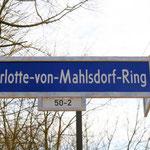 Am 18. März wäre Charlotte von Mahlsdorf 90 Jahre alt geworden. Zu diesem Anlass erhält eine Privatstraße im neuen Wohngebiet am Hultschiner Damm – gleich gegenüber vom Gründerzeitmuseum – den Namen Charlotte-von-Mahlsdorf-Ring.