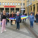 """12. Mai: Das Hissen der Regenbogenfahne anlässlich des Internationalen Tages gegen Homo- und Transphobie am 17. Mai ist gleichzeitig der symbolische Auftakt für ein neues queeres Projekt im Bezirk. Es heißt """"Lesben in Marzahn-Hellersdorf stärken!"""""""