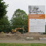 August: Die Bauarbeiten für den Jüdischen Garten haben begonnen. Nur wenige Meter vom Christlichen Garten entfernt und in unmittelbarer Nachbarschaft zum Märchengarten entsteht die Anlage auf einer etwa 2.000 Quadratmeter großen Fläche.
