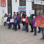 11. April: Mit Plakaten protestieren Mädchen und Jungen der Grundschule an der Wuhle vor dem Freizeitforum Marzahn, wo an diesem Tag die BVV tagt. Mit der Aktion verleihen sie ihrem Unmut über den erneut verschobenen Baubeginn ihrer Sporthalle Ausdruck.