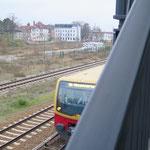 Nach jahrelangem Ringen um die Verlängerung der Fußgängerbrücke am S-Bahnhof Kaulsdorf auf die Südseite der Gleise zum Wilhelmsmühlenweg hat der Senat im November die Maßnahme bei der Deutschen Bahn bestellt. Baubeginn ist wohl nicht vor 2023.