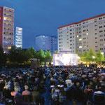 19. Juli: Das Balkonkino der STADT UND LAND startet in seine 25. Saison. Auch in diesem Jahr werden die Open-Air-Filmabende auf dem Cecilienplatz wieder Tausende Besucher nach Kaulsdorf-Nord locken.