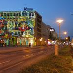 11. September: Berlin im Lichterglanz und Helle Mitte leuchtet mit: Marzahn-Hellersdorf ist mit dem Rathaus am Alice-Salomon-Platz erstmals beim Festival of Lights vertreten.
