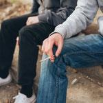 Expert*innen bestätigen, dass der Drogenkonsum an Schulen zugenommen hat und auch das Einstiegsalter sinkt. Vor allem Cannabis steht bei den Kids hoch im Kurs. © Adobe Stock, guruXOX