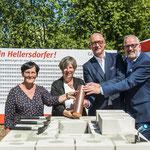 Die GESOBAU legt den Grundstein für gleich drei Neubauprojekte in Hellersdorf. Bis zum Frühjahr 2020 sollen an der Lion-Feuchtwanger-Straße, im Kummerower Ring und an der Tangermünder Straße 812 neue Wohnungen hochgezogen werden.