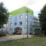 14. Juli: Am Cottbusser Platz 12 geht eine neue Kita an den Start. Zunächst sind nur die Räume im Erdgeschoss nutzbar. Die oberen Stockwerke werden in den darauffolgenden Wochen fertiggestellt.  Platz ist künftig für 85 Kinder.